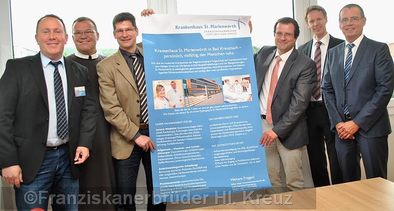 Mit diesem Plakat hat das Krankenhaus St. Marienwörth sich bereits auf der PJ-Börse in Mainz präsentiert. Auf den ersten PJ-Jahrgang freuen sich: Joachim Domann, Dr. Matthias Bussmann, Prof. Dr. Volker Schmitz, Helmut Ziegler, Bruder Bonifatius Faulhaber und Wolfgang Kamptz (v. r. n. l.).