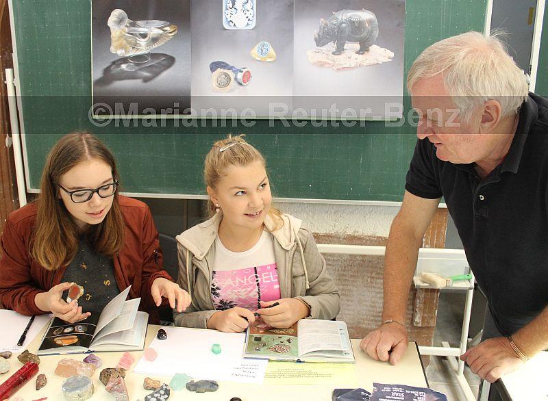 Zum ersten Mal auf der Handwerksmesse: Obermeister Hans-Ulrich Pauly stellte die Berufe des Edelsteingraveurs und des Edelsteinschleifers vor