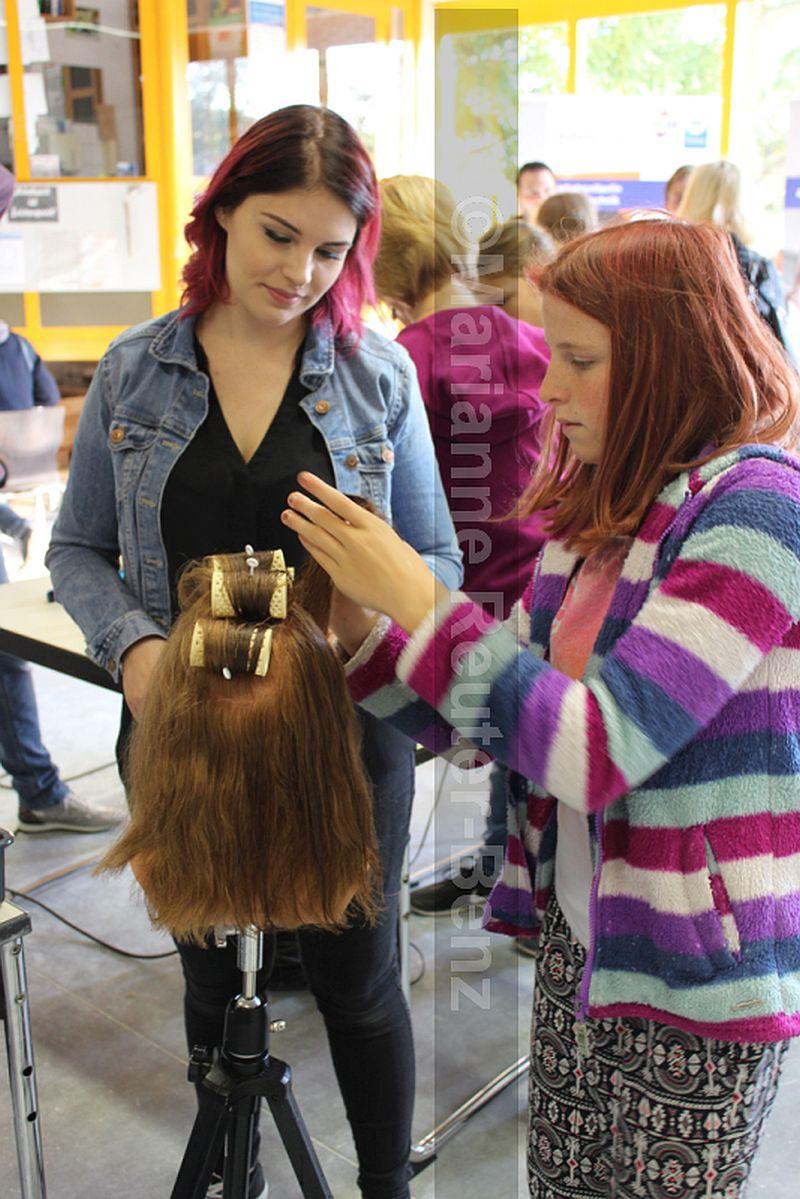 Handfertigkeit, Fachwissen und vor allem Kontaktfreudigkeit ist im Friseurberuf wichtig. Für viele jungen Mädchen ist der Traumberuf in greifbare Nähe gerückt, denn die Betriebe suchen dringend begabte und fleißige Lehrlinge