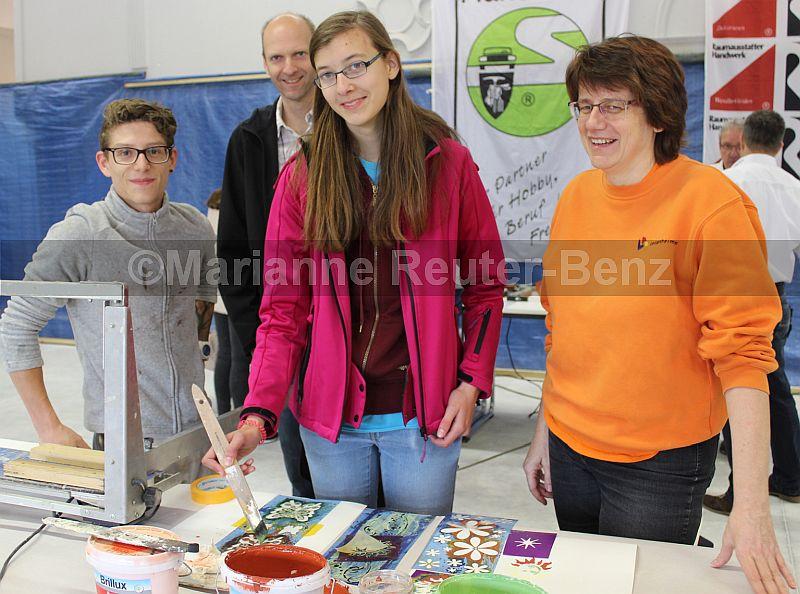 Mit Iris Leisenheimer packten die jungen Besucher und Besucherinnen einmal das vielfältige Malerhandwerk an