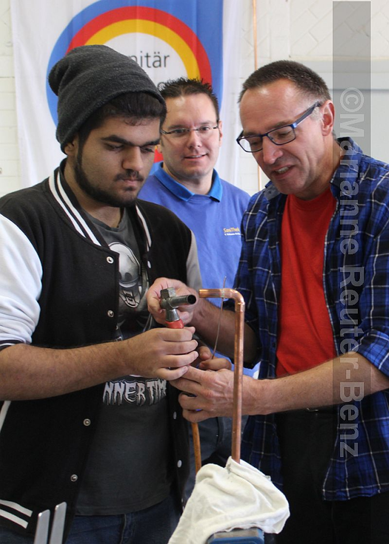 Stellvertretender Obermeister Manfred Scherer assistierte beim Löten – und stellte die Berufschancen im anspruchsvollen Beruf der Anlagenmechaniker Sanitär-, Heizungs- und Klimatechnik vor