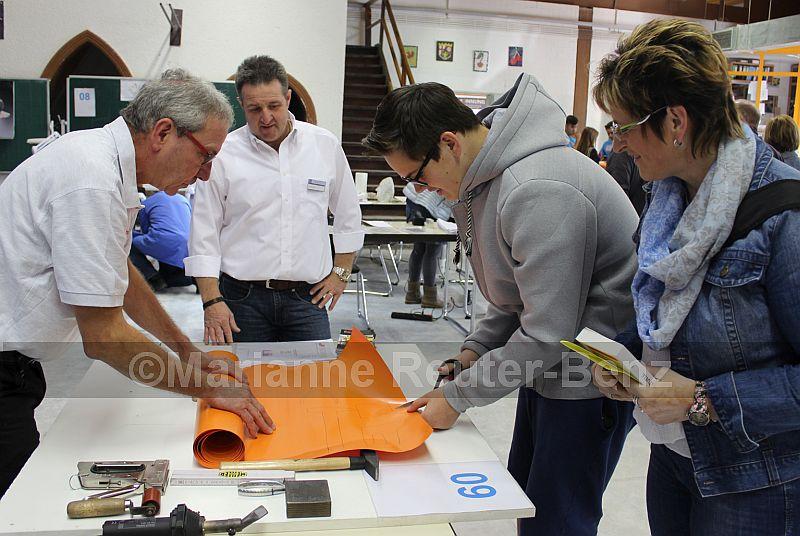 """Steffen Meininger aus Weinsheim brachte eine kleine """"Sattlerwerkstatt"""" mit zur Ausbildungsmesse. Hier ist individuelle Maßarbeit gefragt"""