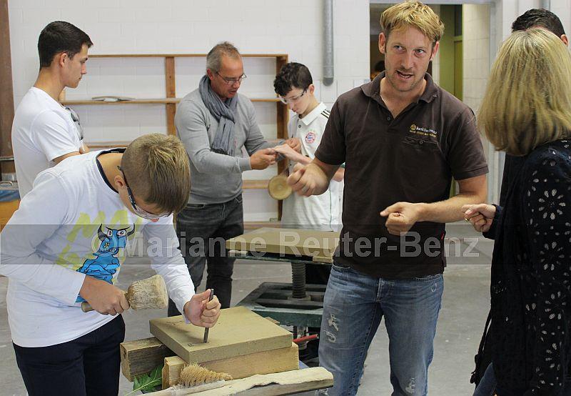 Den gutgelaunten Steinmetz- und Steinbildhauermeistern merkte man den Spaß am Beruf direkt an. Mit Enthusiasmus erklärten sie das Tätigkeitspektrum ihres kreativen Handwerksberufs