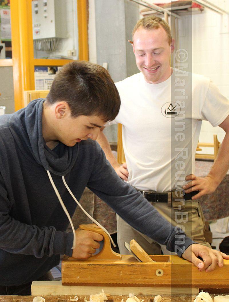 Ein bißchen hobeln, dass die Späne fliegen – wer ein Händchen für den Naturstoff Holz hat, ist hier im richtigen Handwerksberuf
