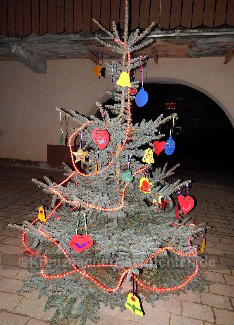 Mit eigenen Bastelarbeiten hatten die Kinder vom Rolandsbogen ihr Weihnachtsbäumchen geschmückt