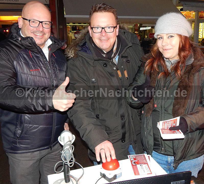 """Es wurde """"gebuzzert"""" was das Zeug hielt. Links: Heiko Messer, Verkaufsleiter von Schuh Frank (Schuh + Sportpalast) und PRO City-Vorsitzender Dirk Alsentzer (Mitte)"""