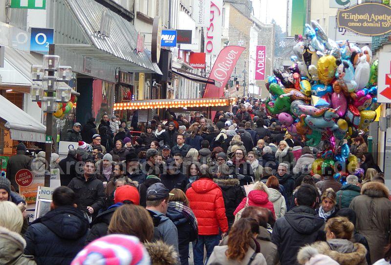 Schon um halb Zwei war die Fußgängerzone Mannheimer Straße gut gefüllt