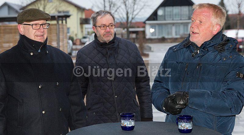 Gewobau-Geschäftsführer Karl-Heinz Seeger (Mitte) und Architekt Tino Steinmetz (rechts), zusammen mit Planigs Ortsvorsteher Dirk Gaul-Rosskopf