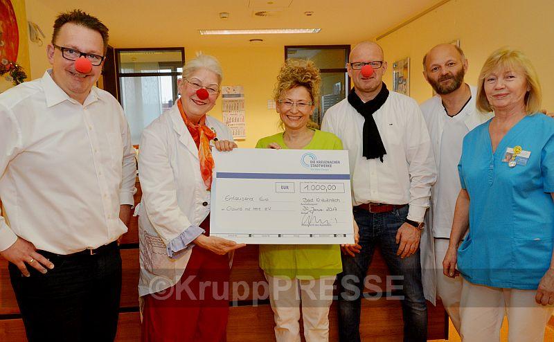 """Einen 1000-Euro-Sckeck überreichten Betriebsratsvorsitzender Mario Spreitzer (3. von rechts) und Vertriebsleiter Dirk Alsentzer (links) von den Kreuznacher Stadtwerken an den Krankenhausclown Gisela Helms (2. von links) sowie Hanna Walakiewicz (3. von links), die stellvertretende Abteilungsleiterin der Palliativstation im Krankenhaus St. Marienwörth. Über diese großzügige Unterstützung der """"Clowns mit Herz"""" freuten sich auch (2. von rechts) Leitender Oberarzt Robert Gosenheimer, der Chef der Palliativabteilung, sowie Krankenschwester Olga Wolter. (Foto: KruppPresse)"""
