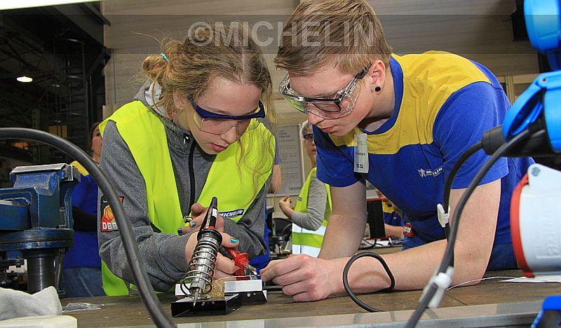 Volle Konzentration: Azubi Lars Fuhrmann zeigt Melanie Emilie Baldinger, wie sie die Leitungen für ihren LED-Bilderrahmen lötet.