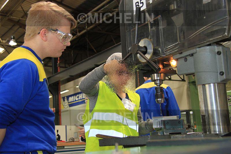 Hat die Maschine im Griff: Lina Koerwer legt unter der Anleitung und Aufsicht von Azubi Alexander Kaul Hand an die Bohrmaschine.