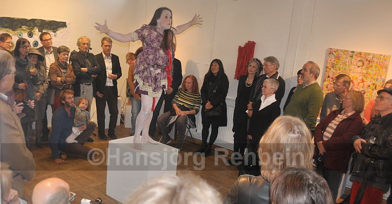 """Volles Haus im Künstlerbahnhof in Bad Münster: Zum Abschluss der Vernissage """"Reform-A-(R)T-ION"""" gab es eine Performance der Butoh-Tänzerin Lucia Betz aus Freiburg zu Musik aus der Mongolei."""