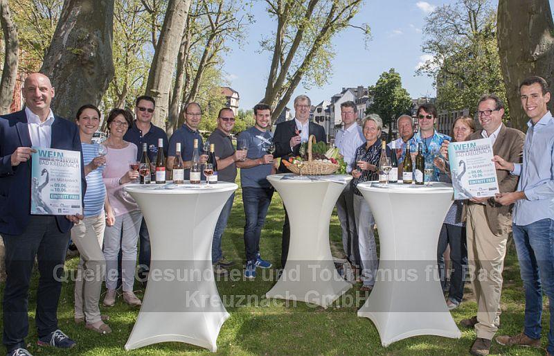 Bildunterschrift: Michael Pohl (GuT), Carolin Herke (Weingut Emrich-Montigny), Karin Vestner (Weingut Lorenz & Söhne), H.-J. Gattung (Weingut Gattung), Reiner Gies (Staatsweingut), Steffen Meinhard (Weingut Meinhard), Daniel Gemünden (Weingut Gemünden), Wolfgang Heinrich (Bürgermeister), Paul-Christian Anheuser (Weingut Anheuser) Angelika Lorenz (GuT), Frank Weikert (Imbiss Weikert), Oliver Bach, Jutta Staudt (Weinaurant Bach), Dr. Michael Vesper (GuT) Niklas Mayer (Weinhof Mayer)