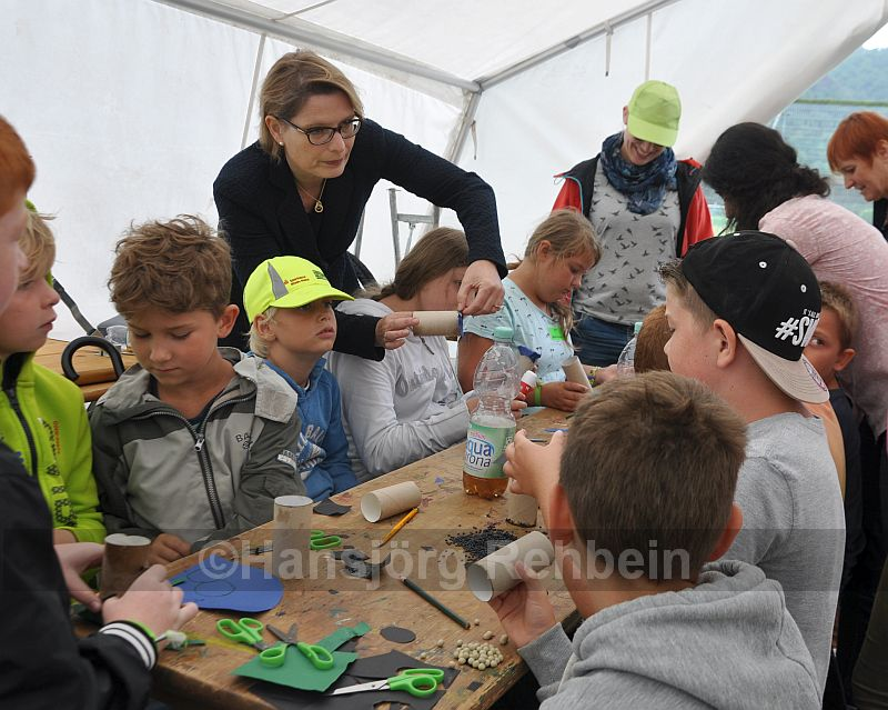 """""""Jetzt klebt es besser"""". Bei ihrem Besuch im Feriendorf Salinental half Ministerin Dr. Stefanie Hubig beim Basteln aus."""