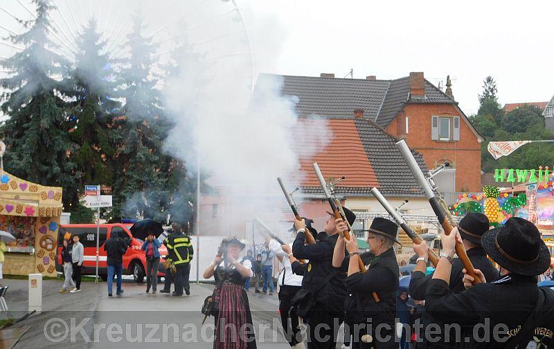 Origineller Startschuß für den Kreuznacher Jahrmarkt ... ... ... Statt Böller vom Feuerwerker, diesmal Böller aus der Hand