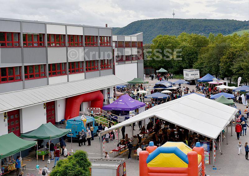 Normalerweise rangieren hier LKW – beim Sommerfest der Meffert AG Farbwerke tummelten sich die Gäste auf dem Betriebsgelände. (Foto: KruppPresse)