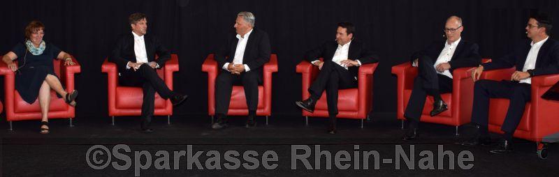 V.l.: Ulrike Blitz (Vorsitzende des Personalrats), Patrick Stoß (Leiter Kommunikation), Alexander Schmitt (Leiter  Unternehmens- und Firmenkunden), Jörg Brendel (Vertriebsdirektor), Robert Ober(Leiter Kreditcenter) und Jürgen Saurwein (Vertriebsdirektor)