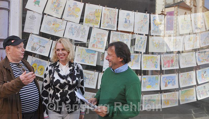 In den Zeichnungen von  Berthold Schwartz-Crato (links) steckt viel Humor finden auch Heike Kaster-Meurer und Rainer Schmitt
