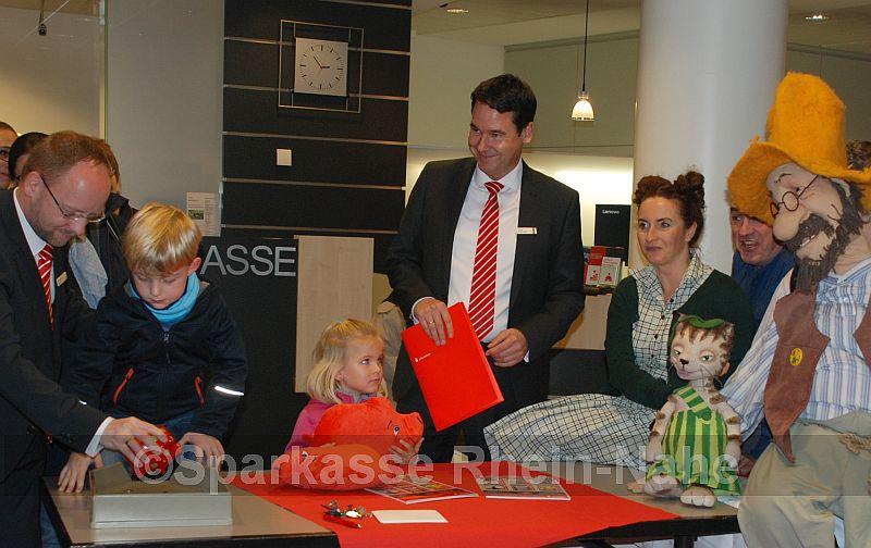 Die beiden Vertriebsdirektoren Michael Ginz und Jörg Brendel begrüßten gemeinsam mit dem Museumsleiter des PuKs, Markus Dorner, sowie Pettersson und Findus anlässlich des Weltspartages zahlreiche kleine und große Sparer in der Hauptstelle am Kornmarkt Bad Kreuznach.