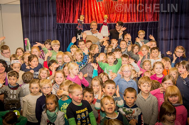 400 große und kleine Zuschauer verfolgten das Märchen in der Michelin Kantine, bis Kasper das Rumpelstilzchen zum guten Ende verjagte. Die Puppen immer fest im Griff hatten (hinten, v. l.) Dietmar und Sohn James Mlyneck sowie (nicht auf dem Foto) Yvonne Mlyneck.