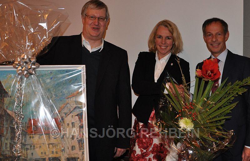 Von seiner Stadtvorstandskollegin Heike Kaster-Meurer und Stadtvorstandkollegen Wolfgang Heinrich  wurde Udo Bausch (rechts) mit Geschenken verabschiedet.