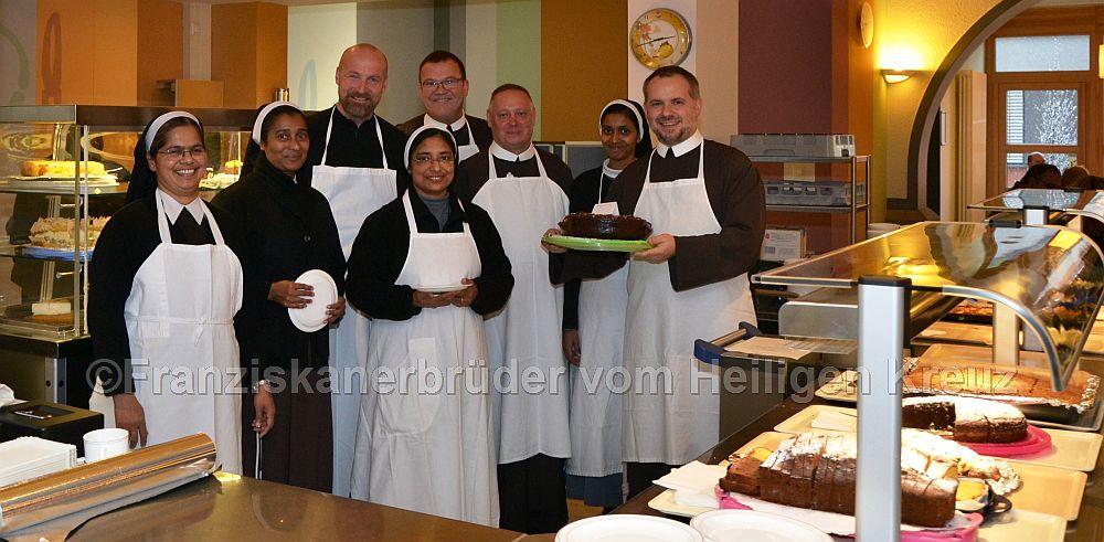 Ordensleute aus Bad Kreuznach und Kloster Ebernach rund um Bruder Bonifatius Faulhaber (5. v. links) Vorstandsvorsitzender der Franziskanerbrüder vom Heiligen Kreuz, verkauften viele leckere Kuchen für die gute Sache