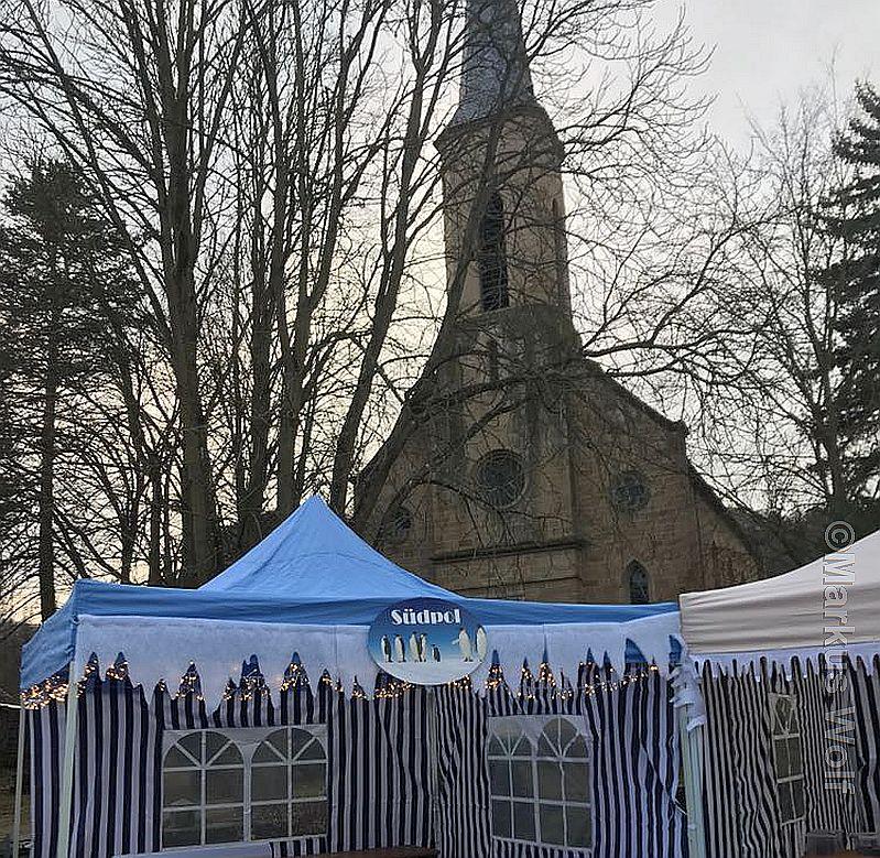 Fleißig werden an den Buden rund um die Oberhausener Kirche letzte Vorbereitungen getroffen, um morgen reichlich Gäste begrüßen zu können