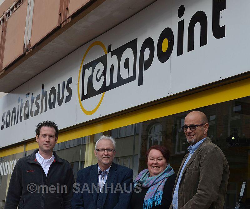 """Klaus Peter Faber (r.), Inhaber des Kreuznacher Sanitätshauses rehapoint, übergibt sein Unternehmen an Sabine Vetter sowie Martin Barth (l.) und Udo Foerster (2.v.l.), Unternehmensgruppe """"mein SANiHAUS""""."""