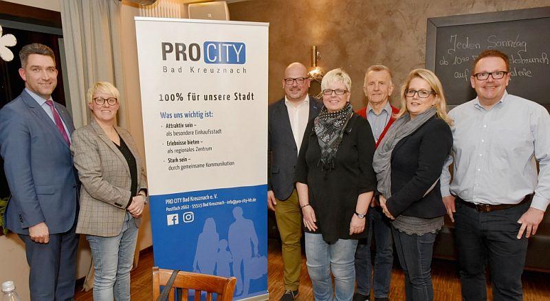 """Freut sich auf die zweite """"Ladies Night"""": Der Vorstand von """"PRO CITY"""" (von links): Schatzmeister Thorsten Ackermann, Geschäftsführerin Dorothee Rupp, Heiko Messer, 2. Vorsitzende Anja Schneider, Gunter Martini, Christine Sutter sowie Vorsitzender Dirk Alsentzer."""