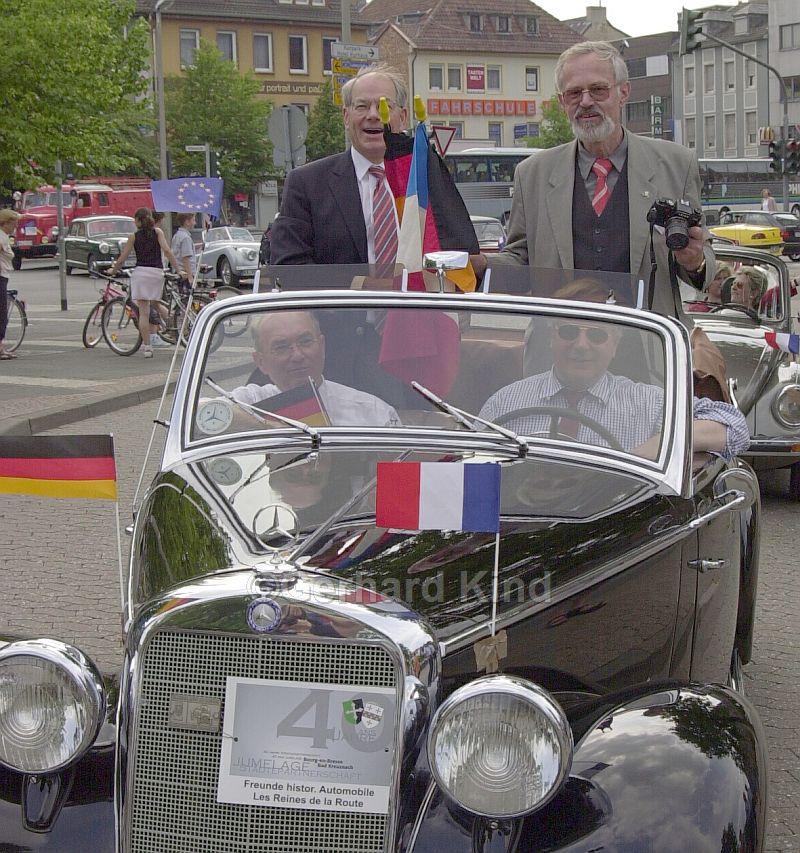 Mit dem Oldtimer fuhren Oberbürgermeister Rolf Ebbeke (rechts) und Bürgermeister Jean-Michel Bertrand durch Bad Kreuznach (Anlass 40-Jahr-Feier in 2003). (Foto: Kind/Oeffentlicher Anzeiger)