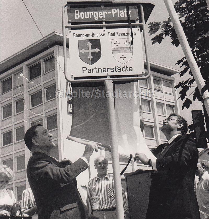 1973 weihten Oberbürgermeister Peter Fink (rechts) und Bürgermeister Paul Barberot den Bourger Platz ein. (Foto: Nolte/Stadtarchiv)