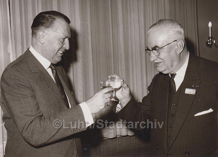 Prost – á votre santé, Mit einem Glas Wein stießen Oberbürgermeister Dr. Gerhard Muhs (links) und Bürgermeister Amédeé Mercier 1963 auf die frisch besiegelte Städtepartnerschaft an. (Foto Luhn/Stadtarchiv)