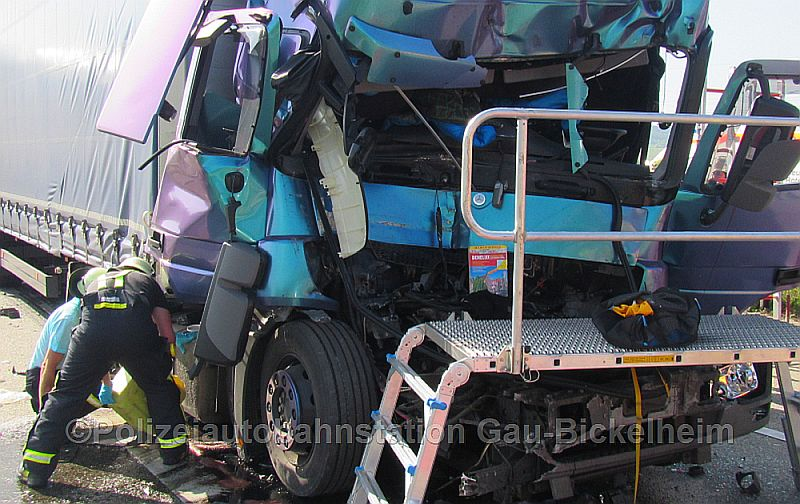 Der Fahrer des LKW musste von der Feuerwehr gerettet werden