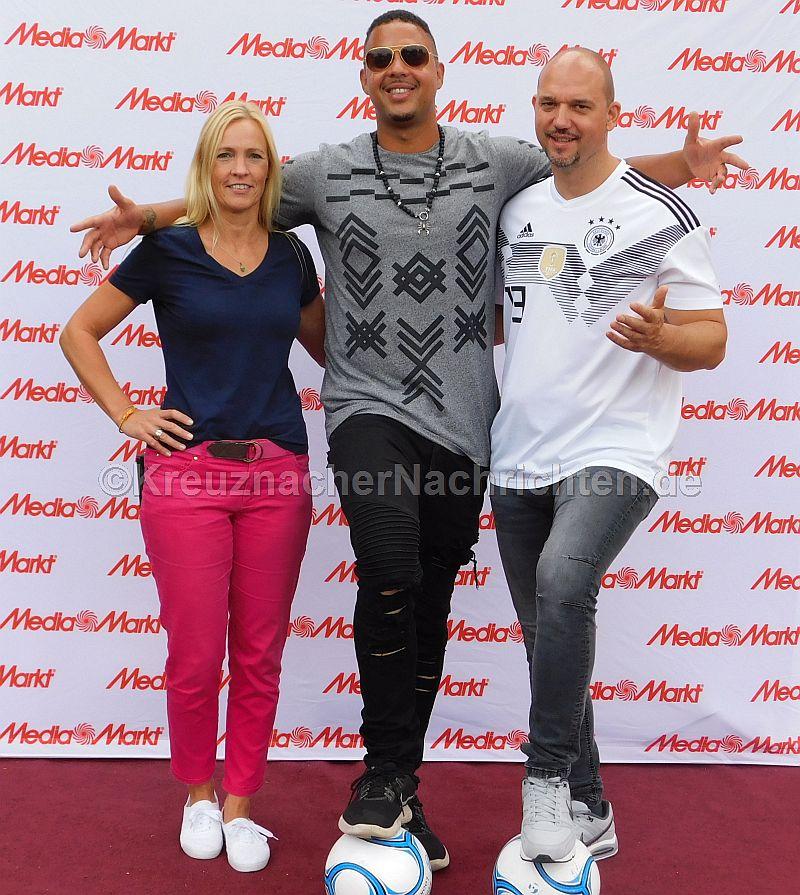 V.l.: Tanja Prexl vom Media Markt Bad Kreuznach, der Kreuznacher Rapper und Sänger JESSE AKA JL und Kunden Club Manager Helmut Kwiczorowski